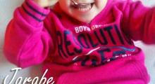 una niña preciosa tomando jarabe casero