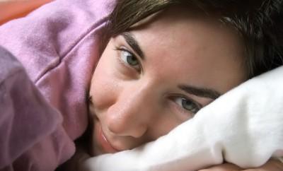 chica relajada lista para dormir
