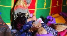 mujer sentada tratando el argan