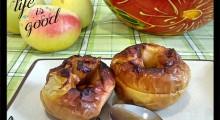 dos manzanas asadas en un plato con cuchara